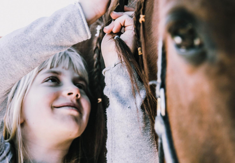 Punce rade negujejo in skrbijo za konje