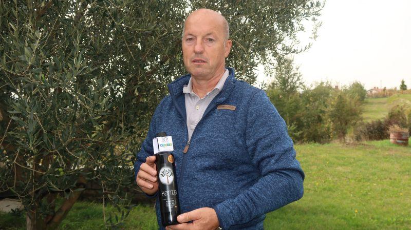 Ernest Kante je bil od začetka zadovoljen že z nagradami iz Slovenije in splitske Masline, sedaj pa pošilja olja na ocenjevanje v Italijo in v Pariz, kjer je prejel nagrado med srednje blagimi olji. Na ocenjevanje vedno pošilja mešano olje, saj sortnih ne prideluje.<br> <br>