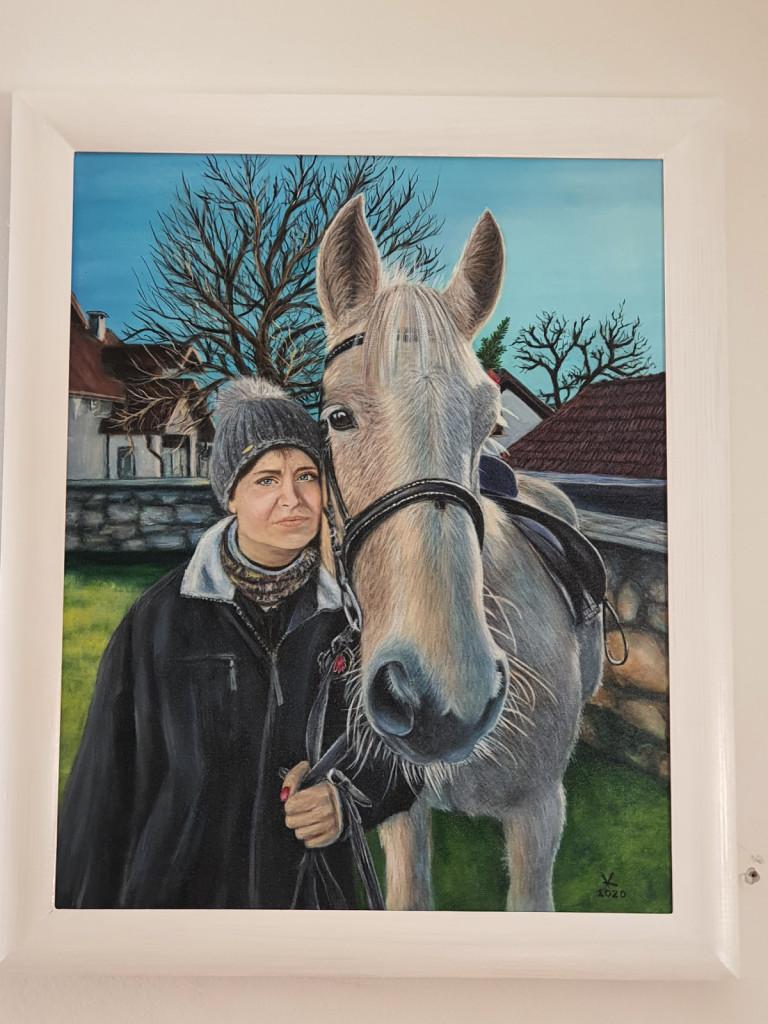 Portret z Mafijem v Vesnini rojstni vasi, ki ga je narisala njena prijateljica Klavdija Bogataj in krasi Vesnino spalnico.