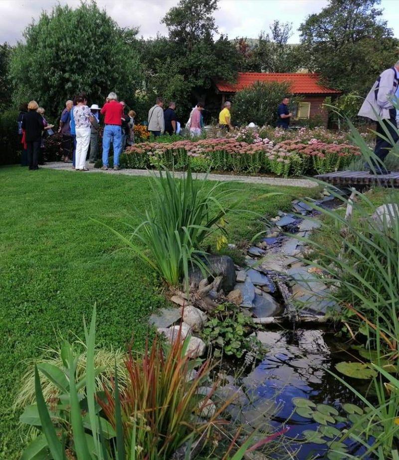 Na čebelarstvu Cesar so  v Razvanju posadili vrt medovitih rastlin in uredili potoček, kjer se čebele odžejajo