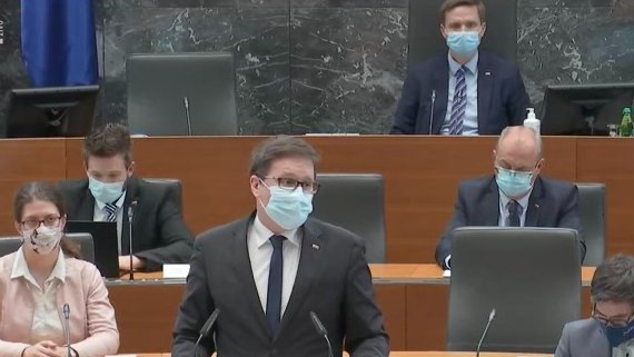 Minister Boštjan Koritnik med predstavitvijo predloga zakona v DZ