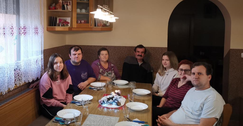 Pred prazničnim nedeljskim kosilom (od leve): hčerka Jana, brat Franc, mama Slavica, oče Franc, hčerka Nina, partnerka Marjana in Dejan.