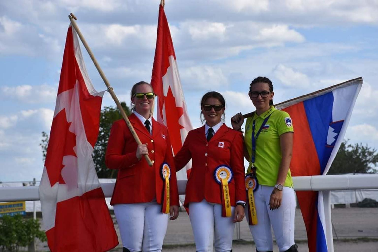 Tekmovalki iz Kanade z našo Nino Vršec na letošnjem svetovnem prvenstvu