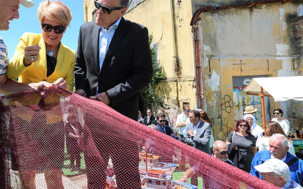 Usodna Izola, 12. junija letos: Aleksandra Pivec in izolski župan Danilo Markočič (Desus), ob podpisu namere za ureditev ribiškega muzeja. (foto: Bobo)