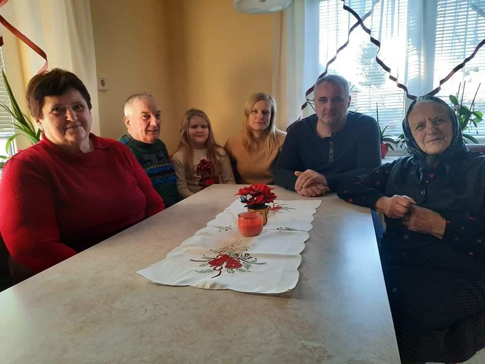 Za domačo mizo (od leve): Majda, Franc st., Alja, Ana, Franc in Marija.