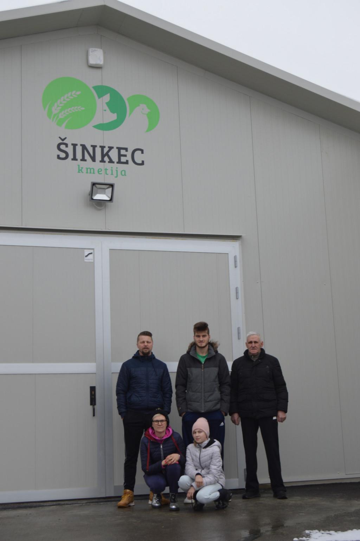 Družina (od leve stojijo): oče Dominik, Gal, dedek Alojz, čepita mama Valerija in sestrica Tara.