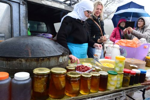 Prodajalka medu, sadja in drugih pridelkov na Golanski planoti