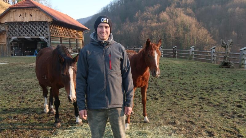 Urh Macerl s konjema , ki sta  tako kot številne druge živali na kmetiji pravi hišni ljubljenčki. Urh si je vzgojil tudi nekaj  svojih ovčjih ljubljenk, okrog 30 jih sliši na ime, eni od njih, ki spominja na simentalko, pa je ime Krava.