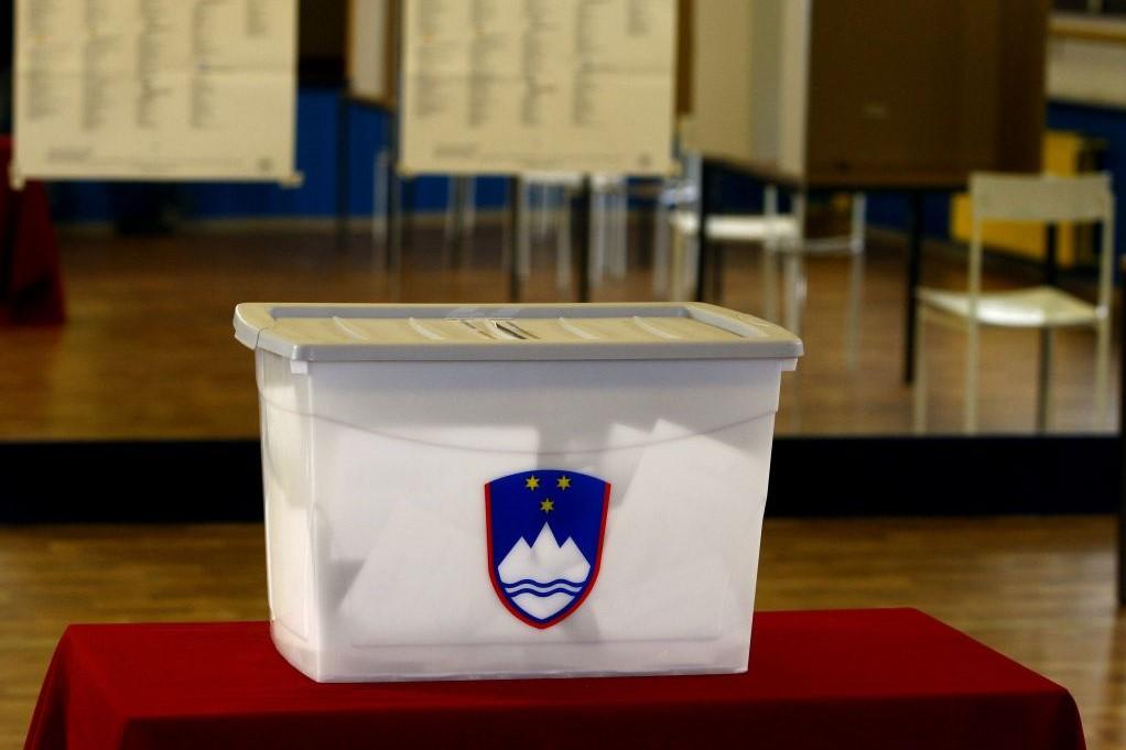 Bolj kot se politki med seboj prerekajo, bolj gredo ljudem na živce. In posledica je vedno manjša udeležba na volitvah, to je pa za demokracijo izredno slabo. / vir slike: slovenskenovice.si.