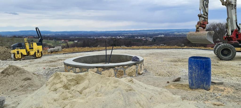 Vinska fontana na Kapelskem vrhu. Dela se s polno paro. Rok za izgradnjo do 01.05.2021. Nad projektom navdušeni lokalni vinogradniki in vinarji.
