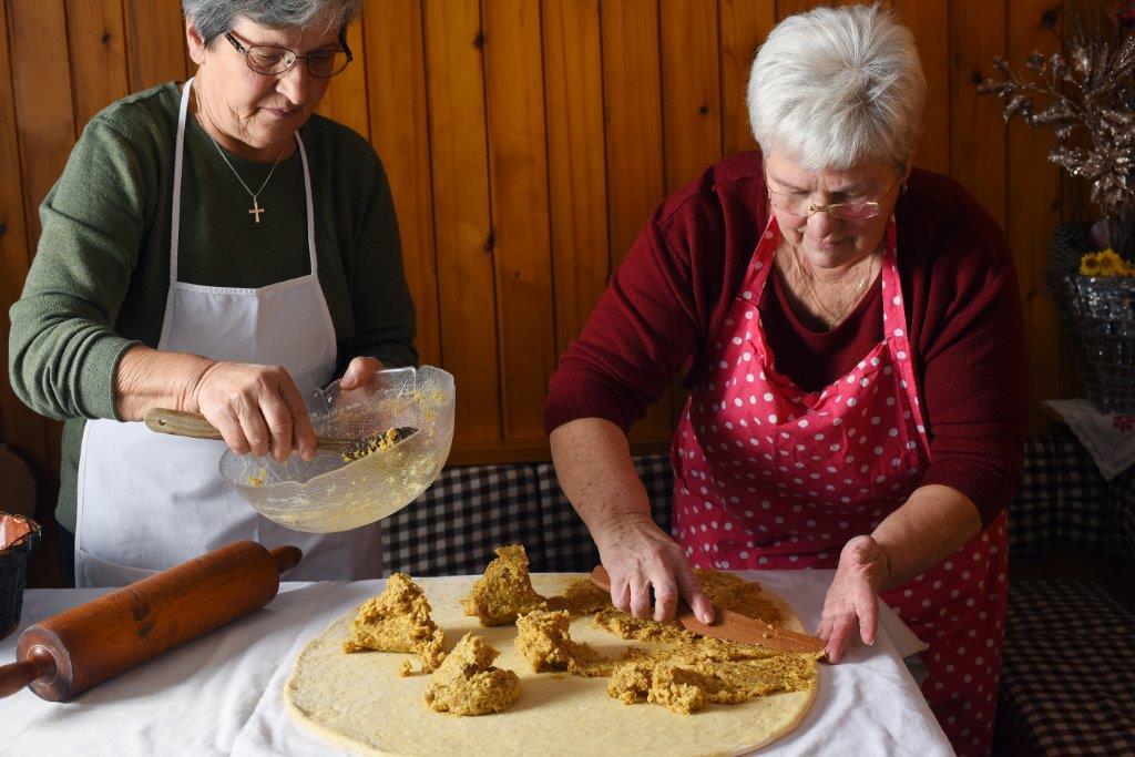 Barbara Pogačnik in Veronika Aljančič, mojstrici peke podbreške potice