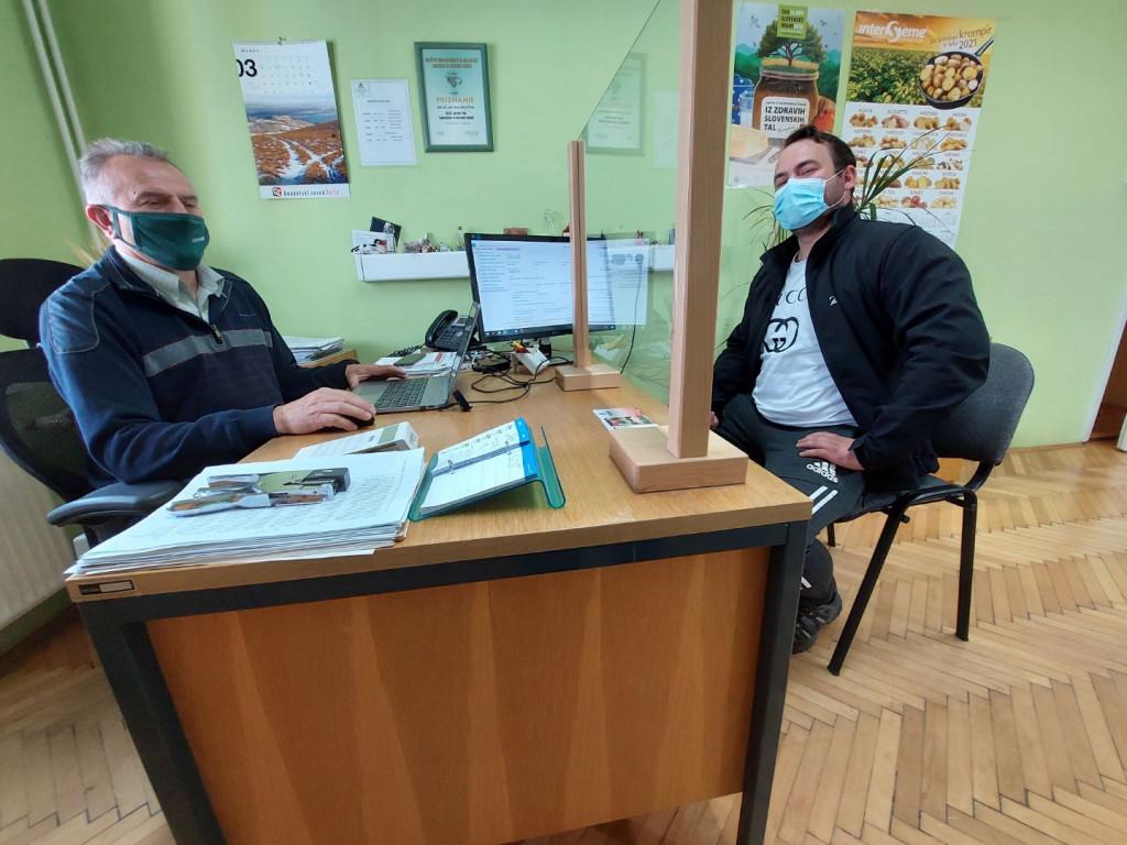 Vnos subvencijskih vlog v koronskem času: Ivan in Davorin Lesjak z Mestnega Vrha pri Ptuju.
