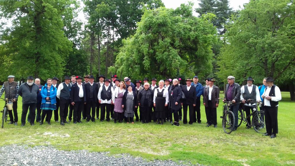 Starodobniki na začetnem zboru pred beltinskim gradom.