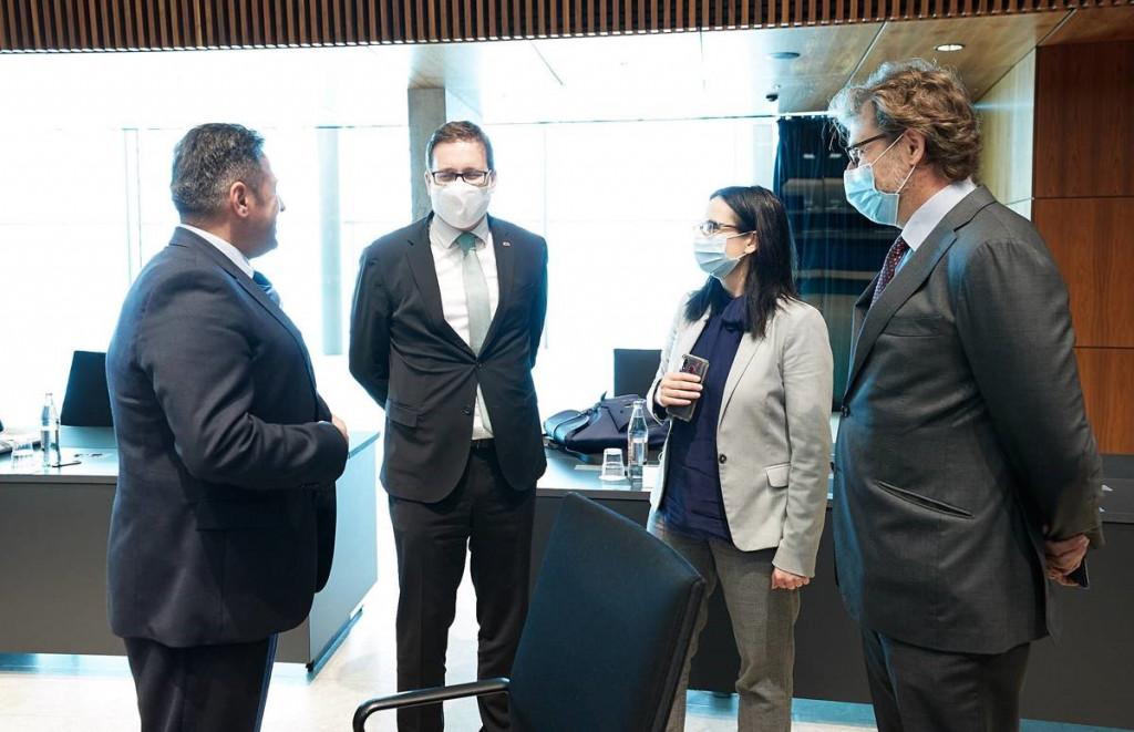 Minister Koritnik s portugalskim ministrom za infrastrukturo in stanovanjska vprašanja Pedrom Nunom Santosem,