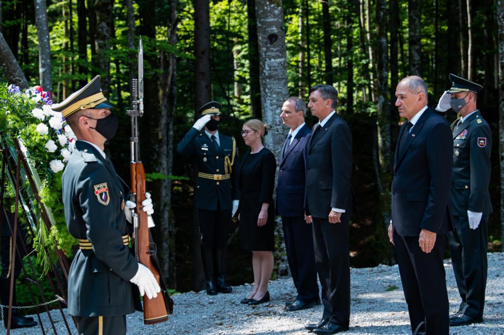 Pred spominsko slovesnostjo je predsednik vlade Janez Janša  skupaj s predsednikom republike Borutom Pahorjem položil venec ob breznu pri Macesnovi gorici v Kočevskem Rogu