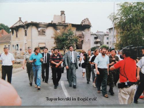 Razdejanja jugoarmade sta si ogledala tudi člana predsedstva SFRJ Vasil Tupurkovski in Bogič Bogičević