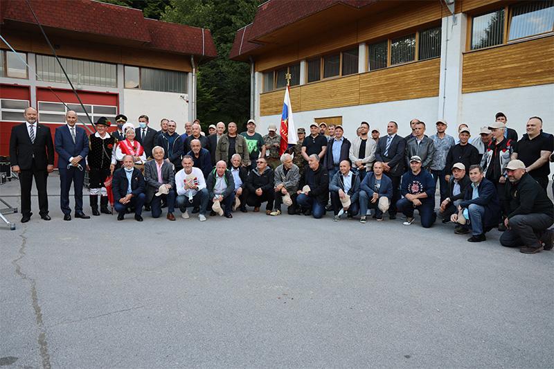 Skupinska slika v Izobraževalnem centru za zaščito in reševanje na Igu, 1. junija 2021, na slovesni obeležitvi 30. obletnice prve zaprisege slovenskih vojakov. Foto: M. Skledar)