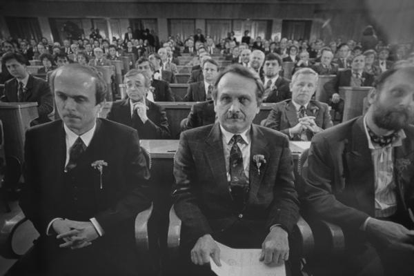 Pri večini politike in običajnih državljanov je prevladovalo razočaranje, saj se je zdelo, da je bila Slovenija potisnjena v kot kljub vojaški zmagi.   Avtor Tone Stojko, hrani: Muzej novejše zgodovine Slovenije