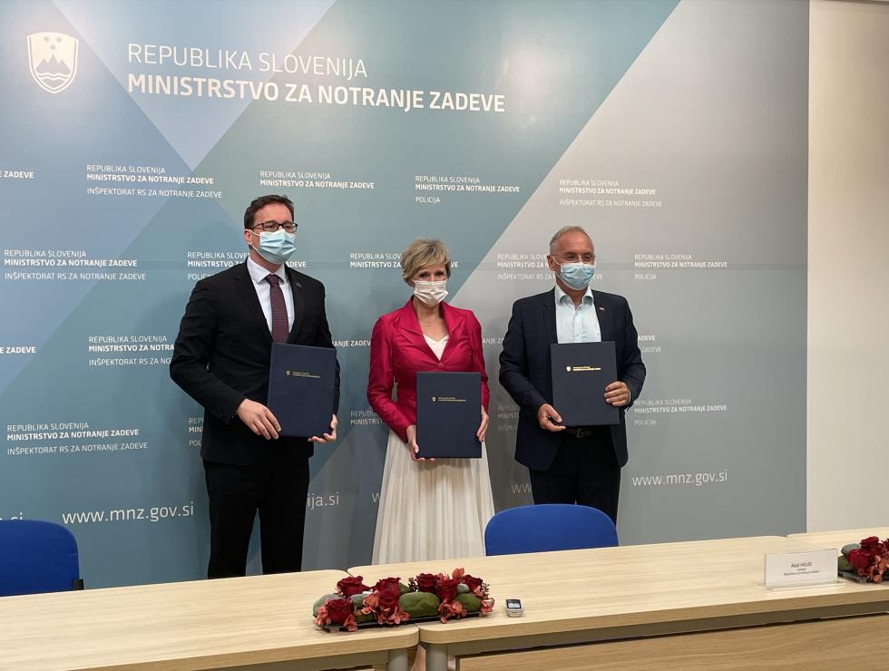 Minister Aleš Hojs, minister Boštjan Koritnik, generalna direktorica ZZZS Tatjana Mlakar s podpisanim sporazumom v roki | Avtor MNZ