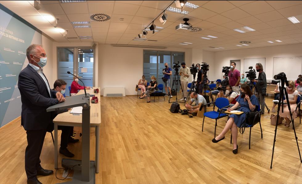 Minister Aleš Hojs daje izjavo | Avtor MNZ