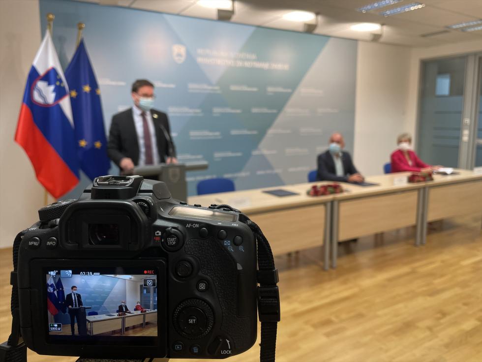 Minister Boštjan Koritnik daje izjavo | Avtor MNZ