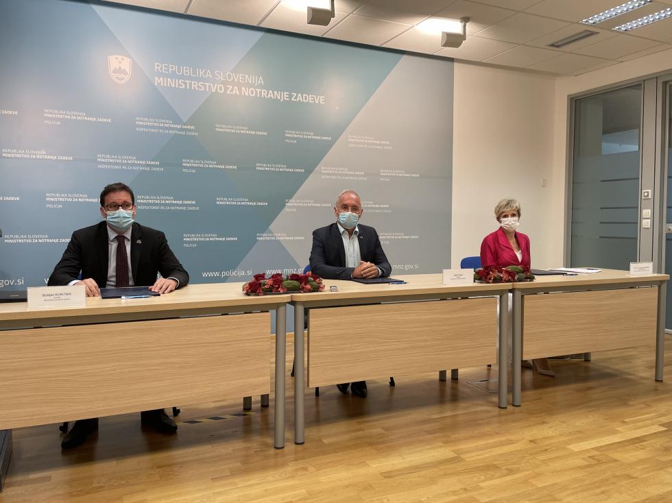 Ministra Hojs in Koritnik ter generalna direktorica ZZZS Tatjana Mlakar so podpisali sporazum | Avtor MNZ