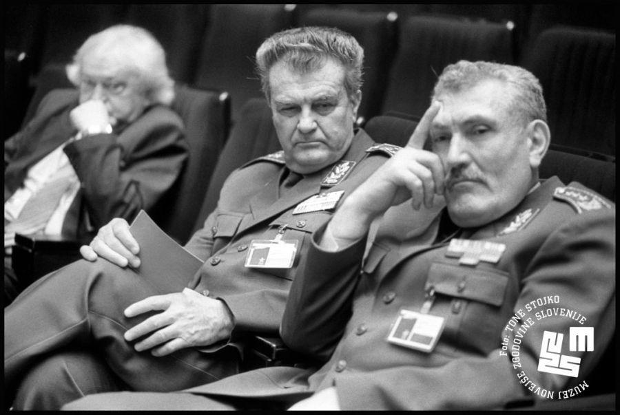 Generala Veljko Kadijevič in Blagoje Adžić sta priznala poraz JLA v spopadu s TO in pripadniki slovenske policije. Adžić bi se vseeno lotil še enega vojaškega pohoda na Slovenijo  | Avtor Tone Stojko, hrani: Muzej novejše zgodovine Slovenije