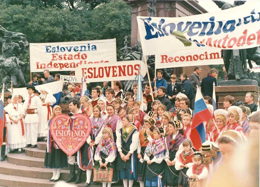 Shod Slovencev v Buenos Airesu v podporo samostojni Sloveniji. | Avtor Zedinjena Slovenija