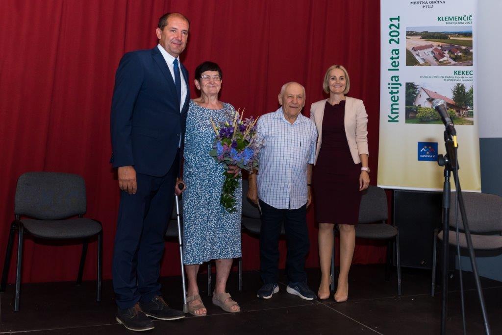 Rozalija in Ignac med direktorjem in županjo.
