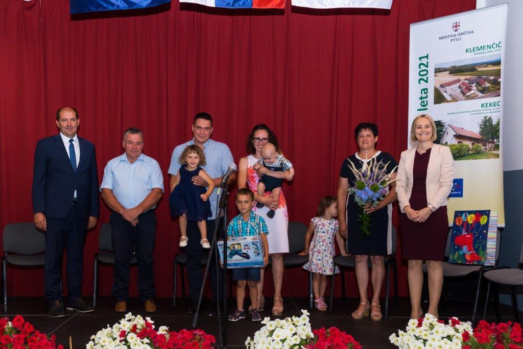 Klemenčičevi med Andrejem Reberniškom in Nuško Gajšek: (od leve): Branko, Tadej z Julijo, Jakob, Karin s Filipom in Jožica.