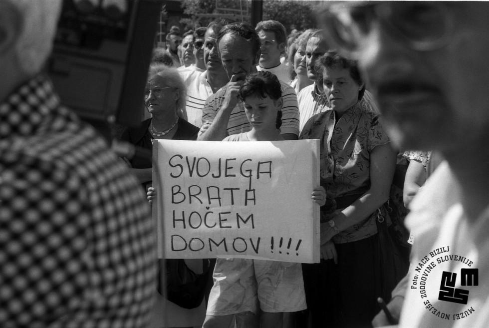 Slovenski vojaški obvezniki bodo iz jugoslovanske vojske odpuščeni najpozneje do 15. avgusta. | Avtor Nace Bizilj, hrani: Muzej novejše zgodovine Slovenije
