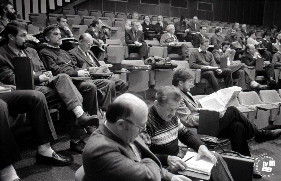 V Demosu so se začele dogajati razpoke (na fotografiji posvet Demosovih poslanskih klubov januarja 1991 v Poljčah). | Avtor Tone Stojko, hrani: Muzej novejše zgodovine Slovenije