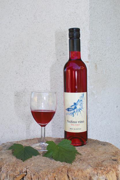 Vino iz črnega ribeza je najbolje prodajani<br>izdelek kmetije Pr' Andreco.
