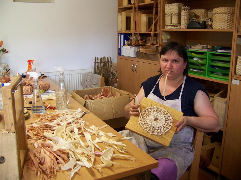 V pletarski delavnici so prikazali pletenje izdelkov iz koruznega ličja. Na fotografiji Lidija Majcen.
