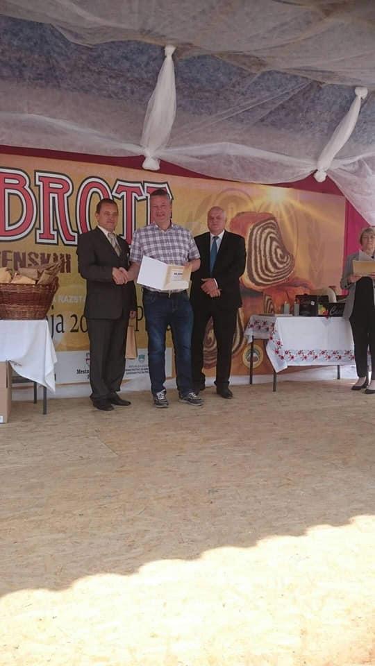 Z enih od podelitev na Dobrotah slovenskih kmetij. Levo Peter Pribožič, predsednik organizacijskega odbora Dobrot, desno Cvetko Zupančič, tedaj predsednik KGZS.