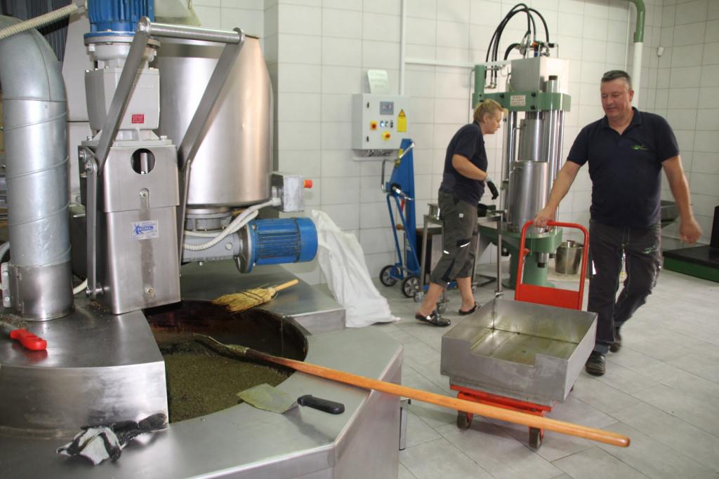 Čeprav je delo v oljarni avtomatizirano, brez prisotnosti Borisa in Lidija v njej kljub vsemu ne gre.
