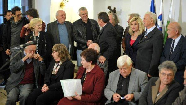 Slavno romanje eksponentov globoke države na magistrat oktobra leta 2011. Od vplivnih romarjev se je ob vložitvi kandidature za župana pojavil le Magnifico