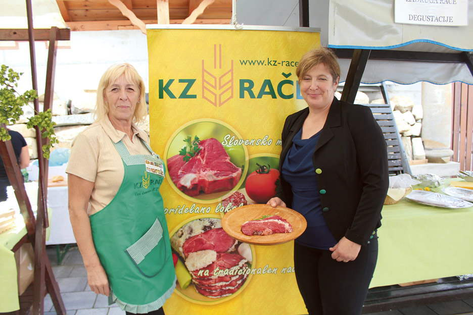 Simona Sternad Vogrin (desno) iz KZ Rače je na strokovnem posvetu predstavila dejavnosti KZ Rače in način zorjenja govedine. O izvrstnem okusu mesa so se lahko prepričali tudi obiskovalci.