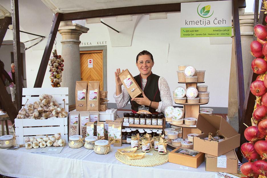 Simpatična Sandra Čeh iz Podvincev pri Ptuju je tržno nišo našla v ponudbi izdelkov iz posušenega česna in ptujske čebule.
