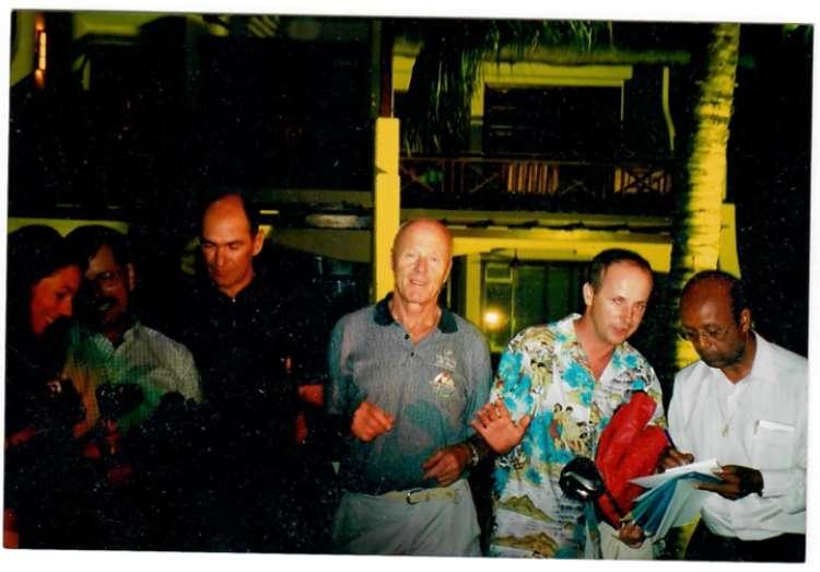Fogorafija iz leta 2003 na Mavriciju, kjer se pojavljajo Janez Janša, Božo Dimnik in Andrej Marčič. (Foto: Posnetek zaslona- Požareport)