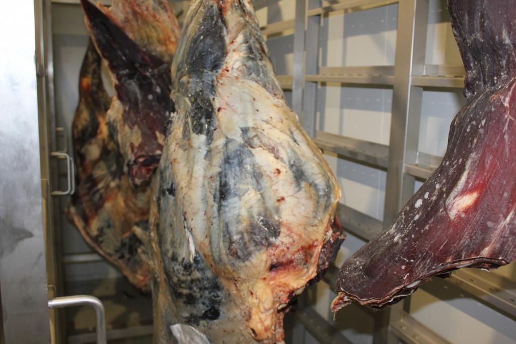 Suhi način zorjenja, kjer na zraku nepakirano meso pridobiva mehkobo in lasten okus.