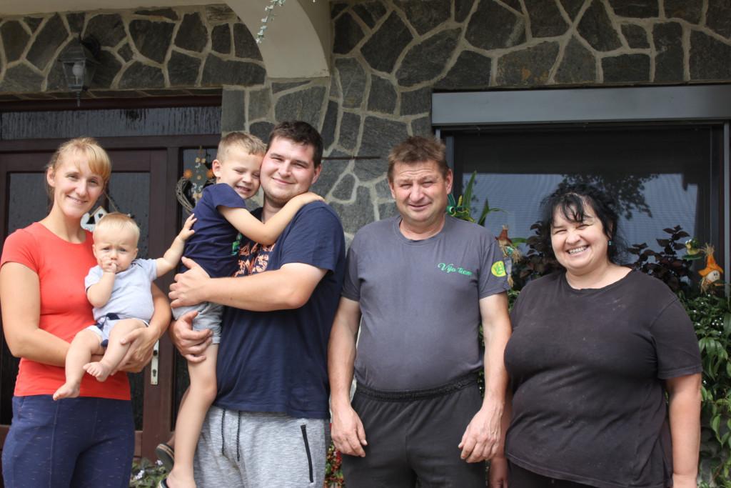 Tamara s Filipom, Toni z Nacetom ter Tonijeva starša Anton in Maja.