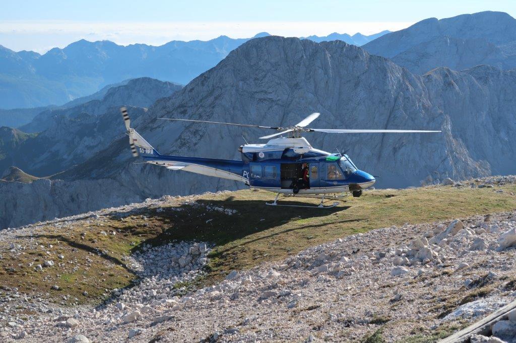 Helikopter je prišel po poškodovanega planinca.