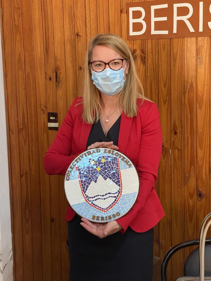 Ministrica dr. Helena Jaklitsch z darilom slovenske skupnosti v Berrisu   Avtor USZS