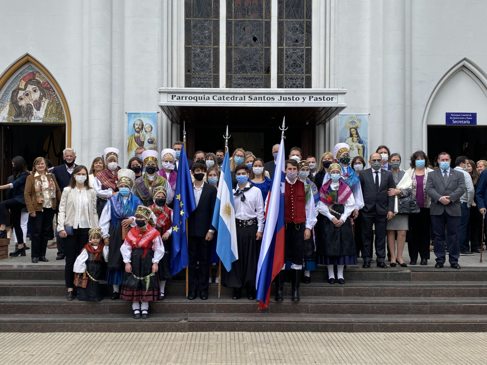Ministrica dr. Helena Jaklitsch pred stolnico po sveti maši   Avtor USZS