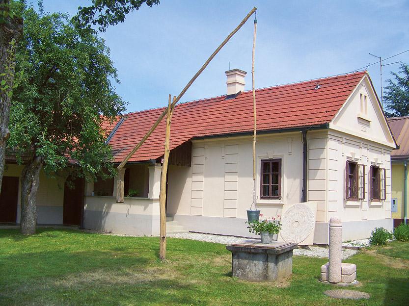 Obnovljen vodnjak pred Sabolovo domačijo