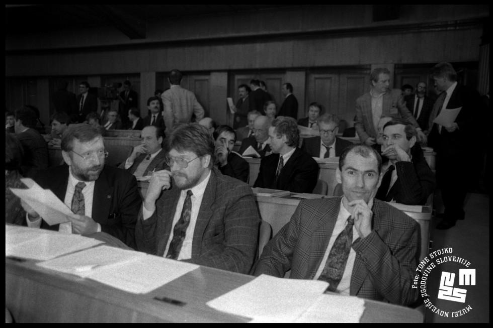Pestro notranjepolitično dogajanje na kongresu SDZ je prineslo nova razmerja moči v Demosovi vladi in parlamentu. | Avtor Tone Stojko, hrani: Muzej novejše zgodovine Slovenije