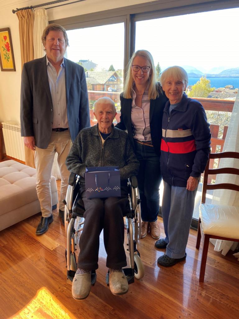 Slovenski častni konzul v Bariločah Robert A. Eiletz in ministrica Jaklitscheva sta obiskala tudi Dinka Bertonclja in njegovo soprogo Romano. Dinko Bertoncelj je bil prvi Slovenec na Himalaji