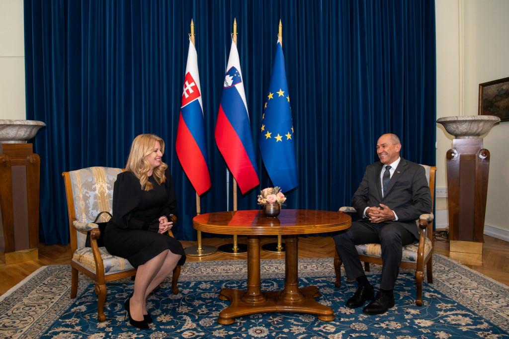 Ob robu uradnega obiska je predsednico Slovaške republike sprejel tudi predsednik vlade Janez Janša.<br>Sogovornika sta spregovorila o bilateralnem sodelovanju, slovenskem predsedovanju Svetu EU in COVID situacij. Foto: KPV