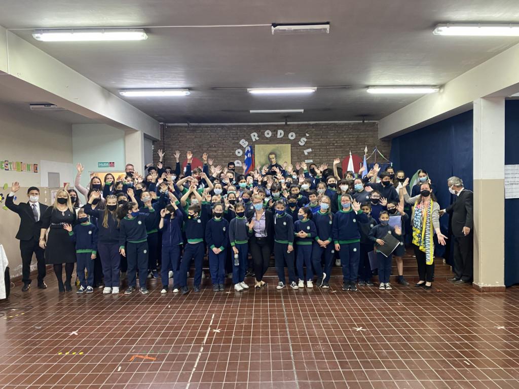 Ministrica je Slovenski šoli Sv. Cirila in Metoda, ki že 70 let deluje v okviru društva, podelila priznanje Urada Vlade Republike Slovenije za Slovence v zamejstvu in po svetu